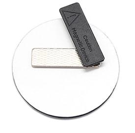 Пластиковый бейдж круглой формы с магнитом (оборотная сторона)