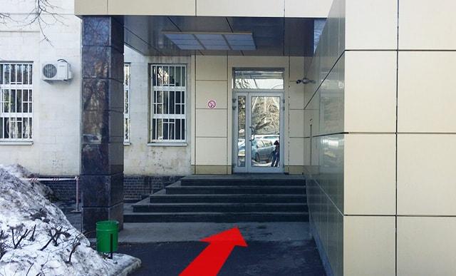 Дверь к бюро пропусков